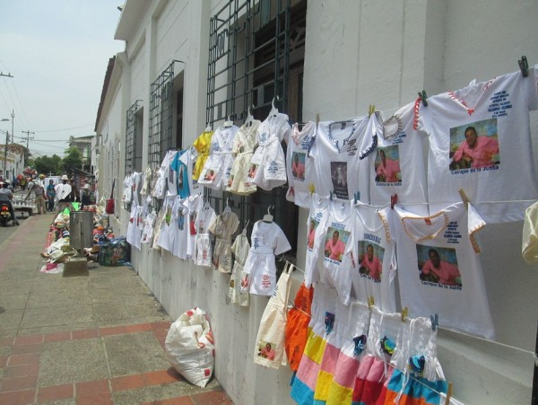 Pequeños comerciantes de la costa caribe venden elementos alusivos a Diomedes Diaz