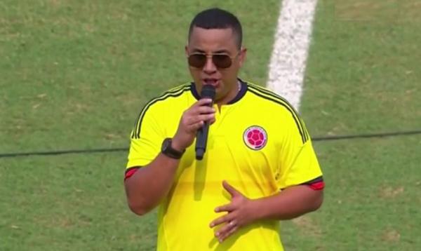Criticas contra Felipe Peláez después de cantar el himno