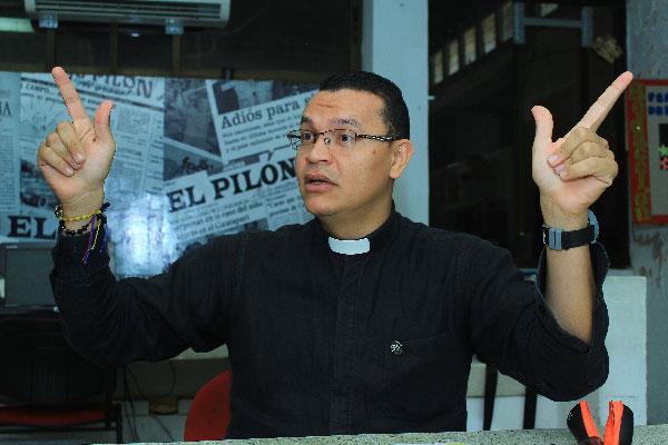 """""""La parranda no es mala"""": padre Juan Carlos Mendoza, criticado por bailar en una tarima"""