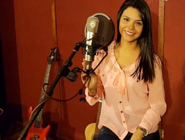 "Dariana Díaz presenta versión acústica de ""Así fue mi querer"""