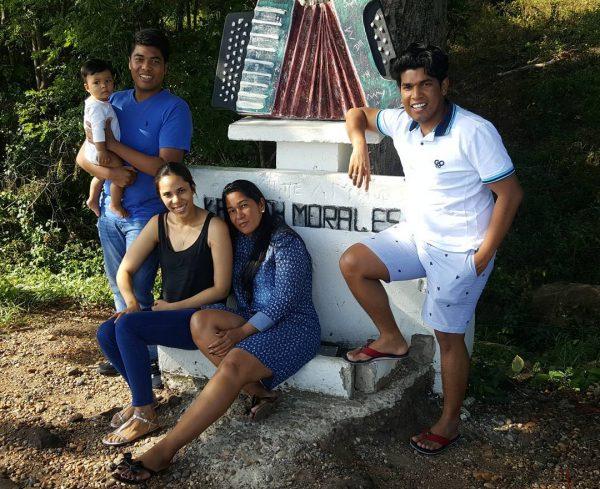 familia-morales-en-el-lugar-del-accidente