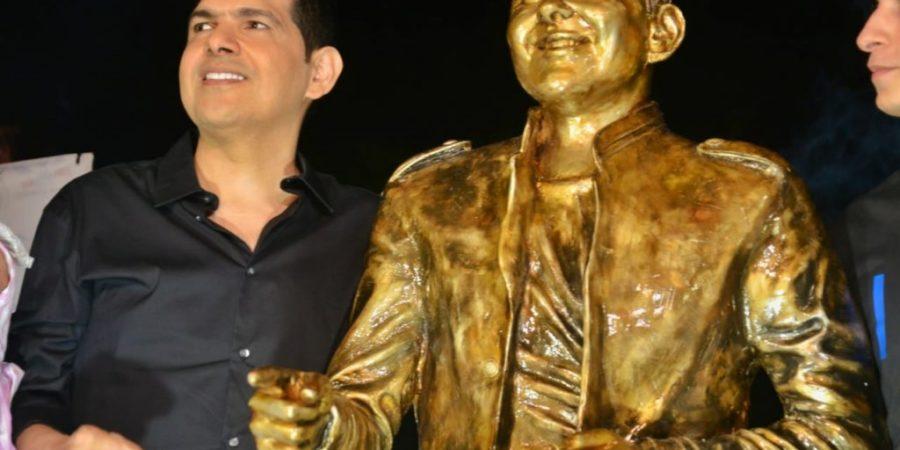 Un día de inaugurada la estatua de Peter Manjarrés y le quitan un dedo
