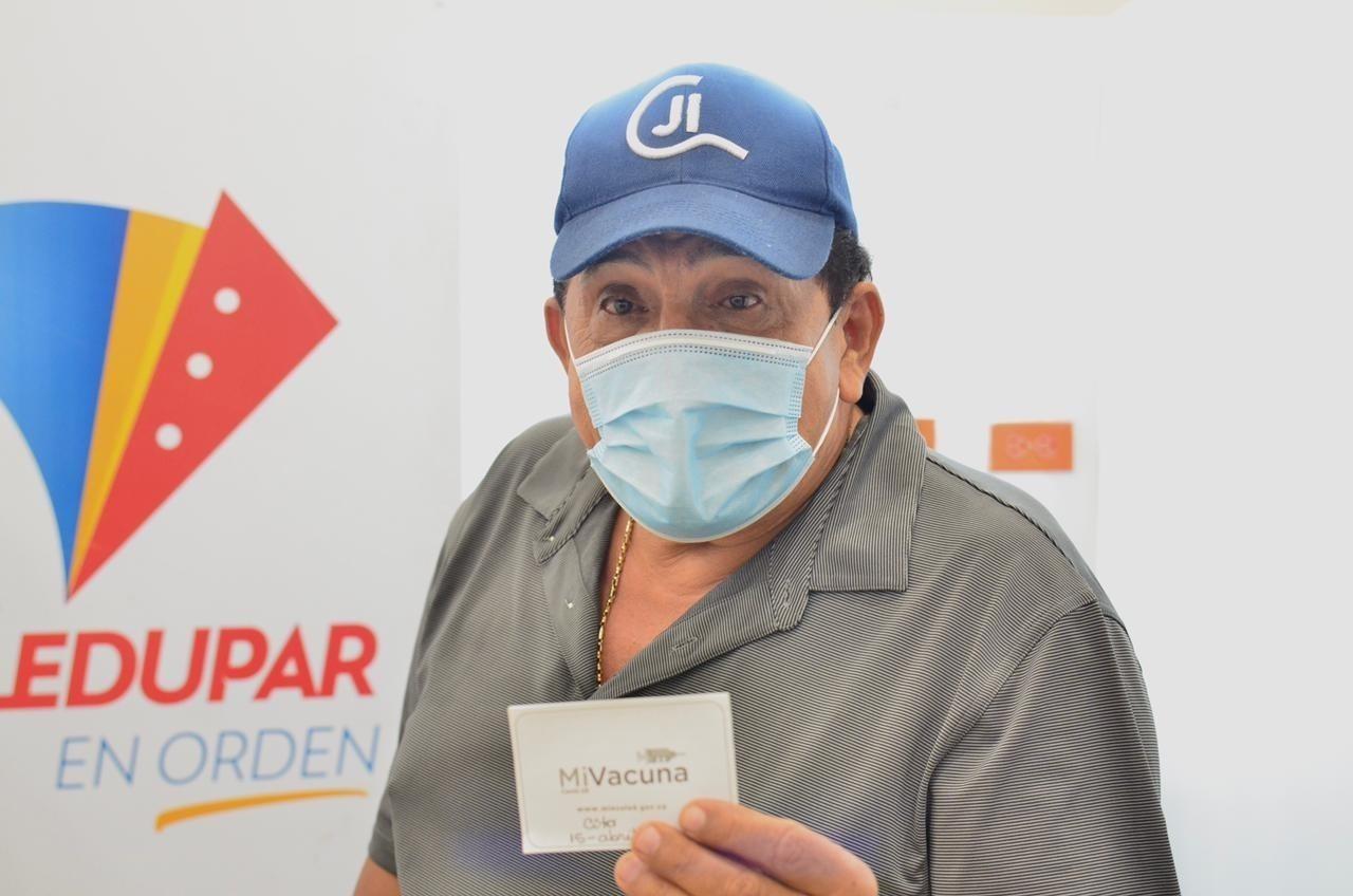 Poncho recibe vacuna contra el Covid-19